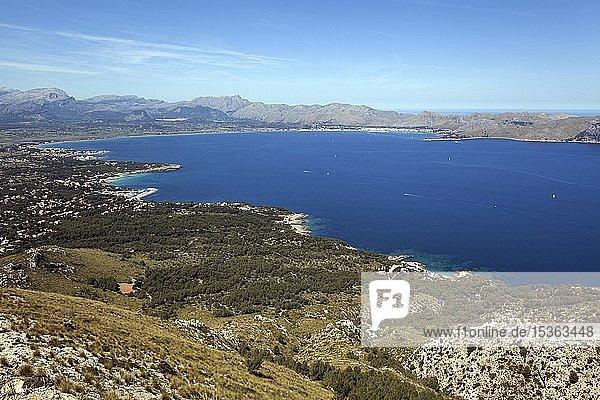 Ausblick vom Talaia d'Alcudia auf die Bucht von Pollenca  Badia de Pollenca  bei Bonaire  Mallorca  Balearen  Spanien  Europa