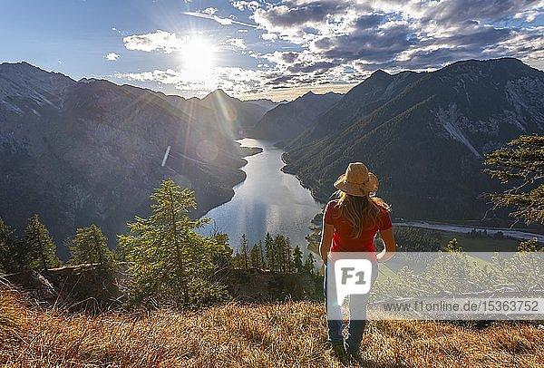 Wanderin mit Sonnenhut schaut in die Ferne  Plansee  Ammergauer Alpen  Bezirk Reutte  Tirol  Österreich  Europa