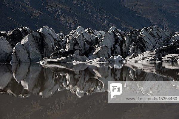Gletscherzunge spiegelt sich im Wasser  Gletschersee  Heinabergsjökull  Island  Europa