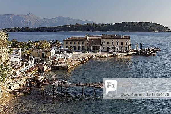 Faliraki Beach und Insel Vido im Morgenlicht  Korfu-Stadt  Insel Korfu  Ionische Inseln  Griechenland  Europa