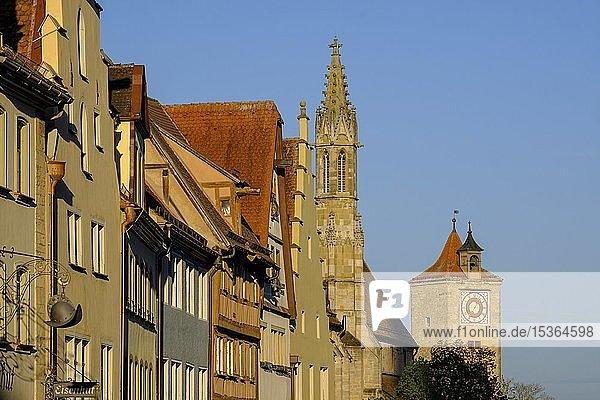 Hausfassaden  Häuserreihe mit Franziskanerkirche  Rothenburg ob der Tauber  Mittelfranken  Franken  Bayern  Deutschland  Europa