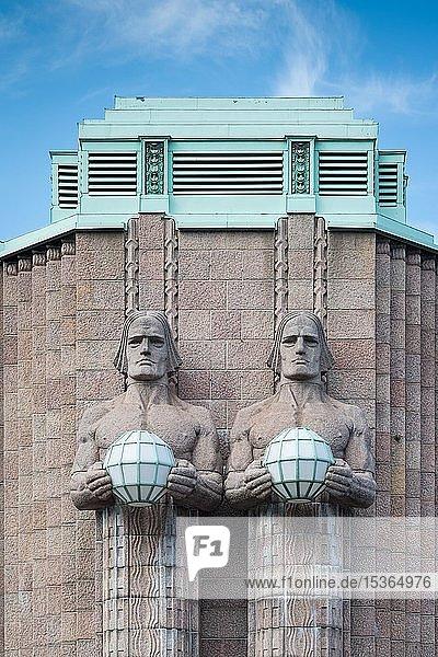 Fackelträger  Statuen von Emil Wikström  Hauptbahnhof  Helsinki  Finnland  Europa