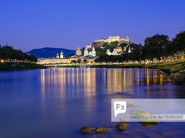 Stadtansicht  Altstadt und Festung Hohensalzburg über dem Fluss Salzach bei Abenddämmerung  Salzburg  Land Salzburg  Österreich  Europa
