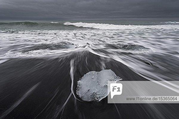 Brandung und Gletschereis auf schwarzem Strand  Jökulsárlón  Südisland  Island  Europa