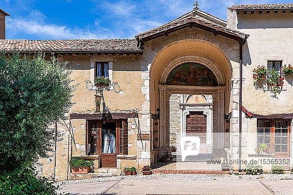 Eingang zur Benediktinerabtei Santa Maria di Farfa  Latium  Italien  Europa