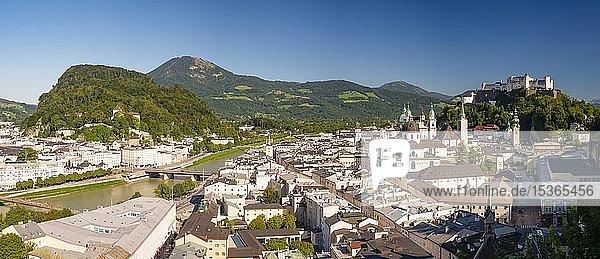 Stadtansicht  Altstadt  Fluss Salzach und Festung Hohensalzburg  links Kapuzinerberg und Gaisberg  Salzburg  Land Salzburg  Österreich  Europa