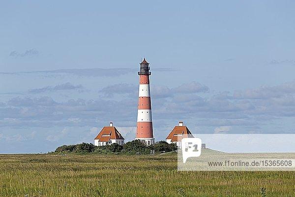 Westerhever Leuchtturm mit Wolkenhimmel  Westerhever  Schleswig-Holstein  Deutschland  Europa