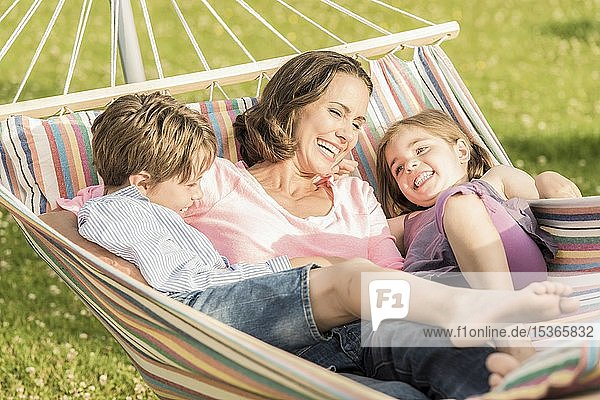 Mutter  Tochter und Sohn liegen in Hängematte und haben Spaß  Deutschland  Europa