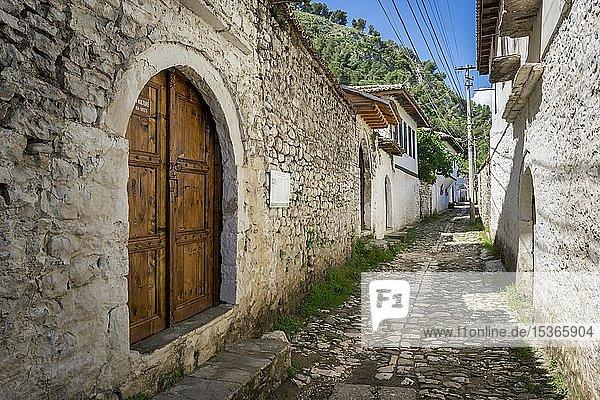 Gepflasterte Häusergasse  Ortsteil Gorica  Berat  Albanien  Europa