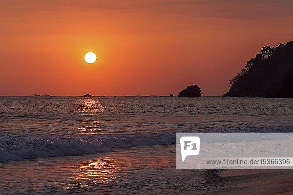 Rot glühender Sonnenuntergang über dem Meer  Abendsonne  Playa Espadilla  Manuel Antionio Nationalpark  Provinz Puntarenas  Costa Rica  Mittelamerika