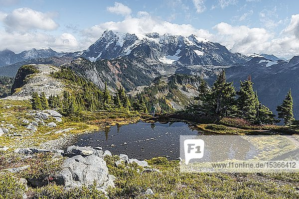 Kleiner Bergsee am Tabletop Mountain  Ausblick auf Mt. Shuksan mit Schnee und Gletscher  Mt. Baker-Snoqualmie National Forest  Washington  USA  Nordamerika