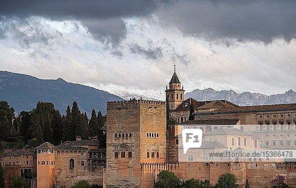 Maurische Stadtburg Alhambra mit Wolkenhimmel  Nasriden-Paläste  Palast Karl des Fünften  hinten Sierra Nevada  Granada  Andalusien  Spanien  Europa