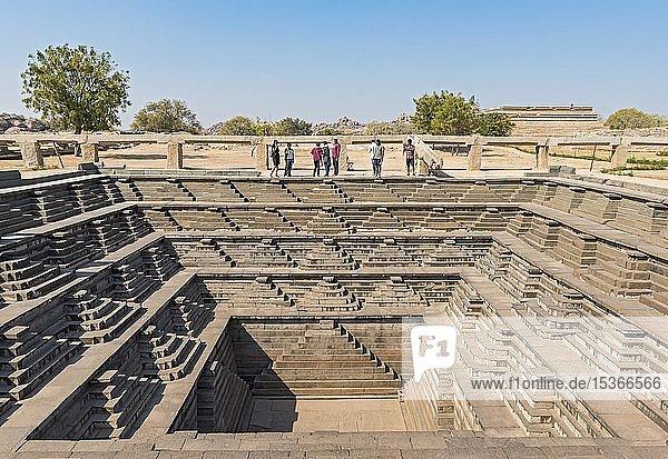 Öffentliches Bad  gestufter quadratischer Wassertank  bei Royal Enclosure  Hampi  Indien  Asien