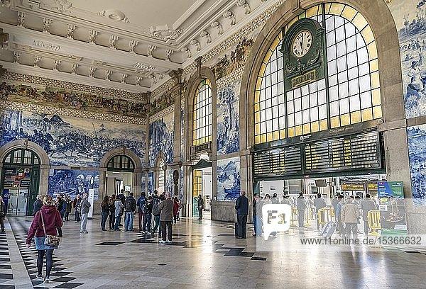 Sao Bento Bahnhof  Bahnhofshalle mit Azulejo Fliesen  Porto  Distrikt Porto  Portugal  Europa