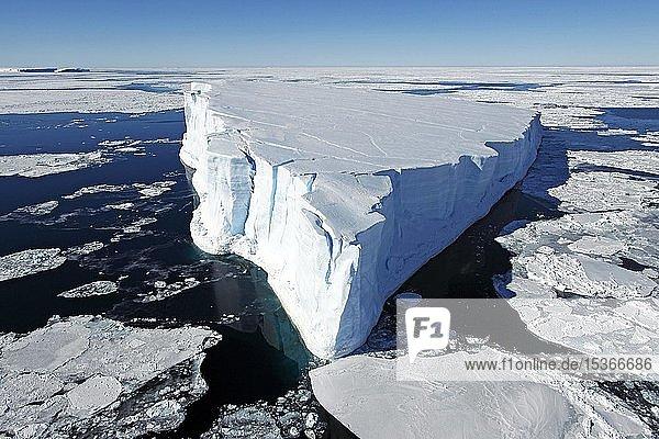 Treibender Eisberg umgeben von Eisschollen  Antarktis  Antarktika