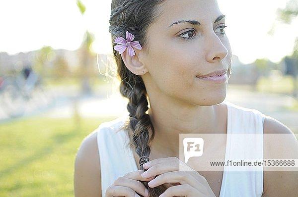 Junge Frau mit geflochtenem Zopf und Blumen im Haar  Portrait  Spanien  Europa