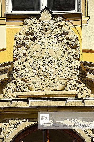Barockes Wappen über Klosterpforte  Haus St. Gregor  Benediktinerabtei Kloster Plankstetten  Berching  Oberpfalz  Bayern  Deutschland  Europa