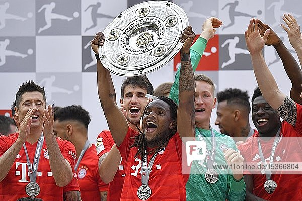 Renato Sanches FC Bayern München  Jubel mit Meisterschale  Trophäe  Meisterfeier 2019  FC Bayern München ist zum 29. Mal Deutscher Meister der Bundesliga  Allianz-Arena  München  Bayern  Deutschland  Europa