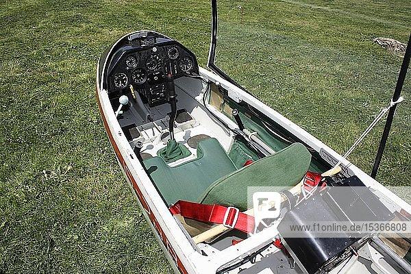 Das Cockpit mit Sitz von einem Segelflugzeug