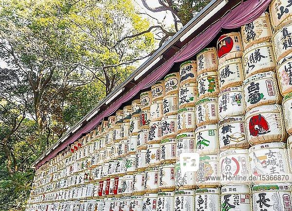 Weihe des Meiji-Schreins  gestapelte Sakefässer mit Japanischen Schriftzeichen  Meiji-Schrein  Shibuya  Tokio  Japan  Asien