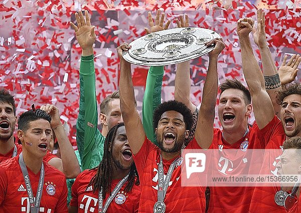 Serge Gnabry FC Bayern München  Jubel mit Meisterschale  Trophäe  Meisterfeier 2019  FC Bayern München ist zum 29. Mal Deutscher Meister der Bundesliga  Allianz-Arena  München  Bayern  Deutschland  Europa