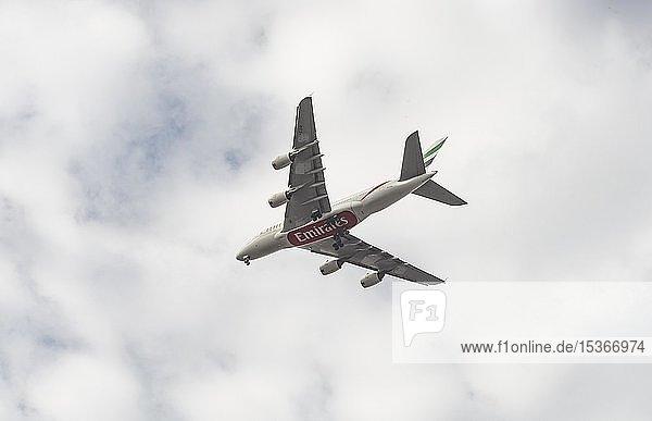 Flugzeug Airbus A380 der Airline Emirates  Landeanflug  Amsterdam  Niederlande  Europa