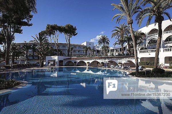 Pool und Liegebereich  hinten Hauptgebäude Maritim Hotel Galatzo  Paguera oder Peguera  Mallorca  Balearen  Spanien  Europa