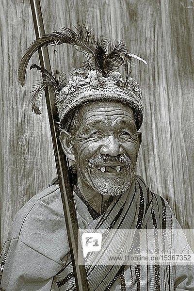 Alter Ifugao Mann mit Zahnlücke trägt traditionellen Kopfschmuck  Banaue  Luzon  Philippinen  Asien