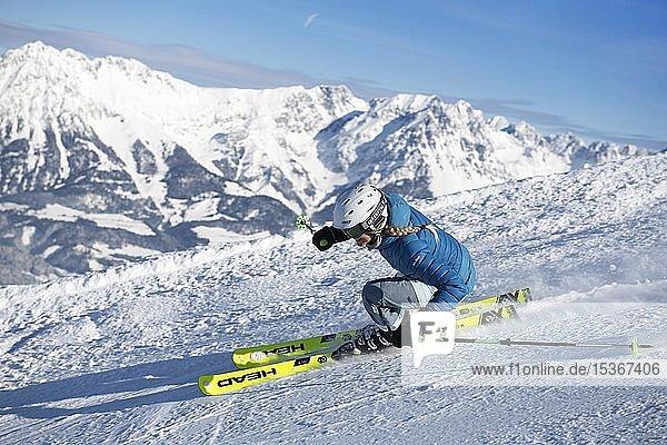 Junge Skifahrerin mit sportlichen Fahrstil bei der Abfahrt von der Hohen Salve  Hopfgarten  Tirol  Österreich  Europa