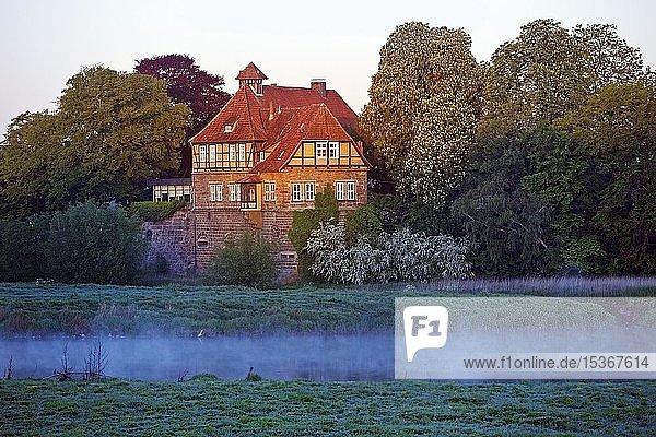 Schloss Petershagen an der Weser bei Sonnenaufgang  Morgendunst  Petershagen  Nordrhein-Westfalen  Deutschland  Europa