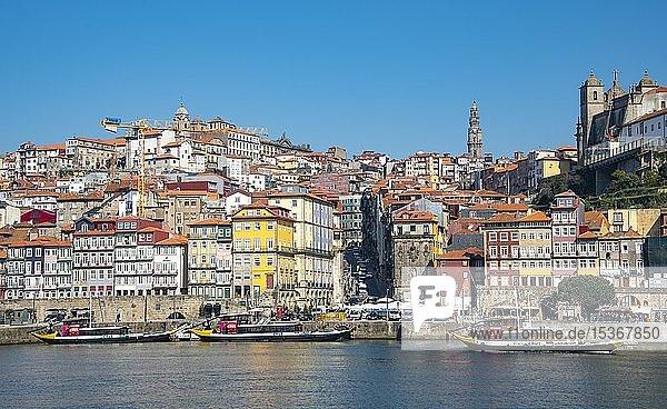 Historische Altstadt Ribeira mit Kirchturm der Kirche Igreja dos Clérigos  Cais da Ribeira  Uferpromenade am Rio Douro  Porto  Portugal Porto  Portugal  Europa