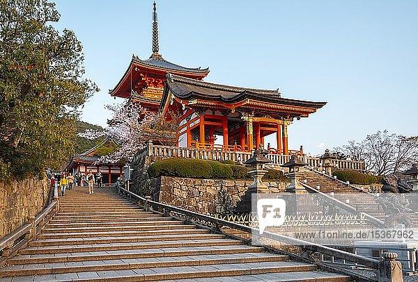 Buddhistischer Tempel  Westliches Tor des Kiyomizu-dera Tempel  Kiyomizu  Kyoto  Japan  Asien