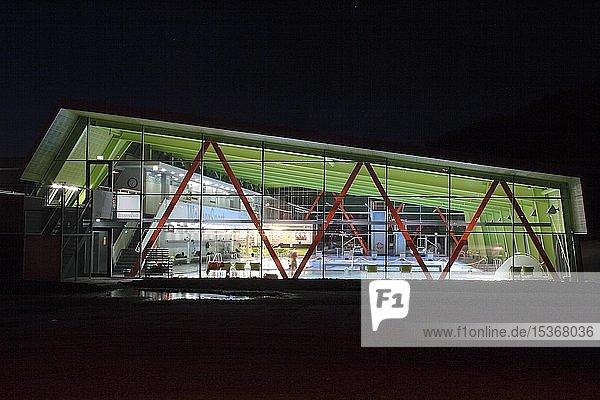 Hallenbad in Biberach a.d. Riss,  Nachtaufnahme,  Landkreis Biberach,  Oberschwaben,  Baden-Württemberg,  Deutschland,  Europa