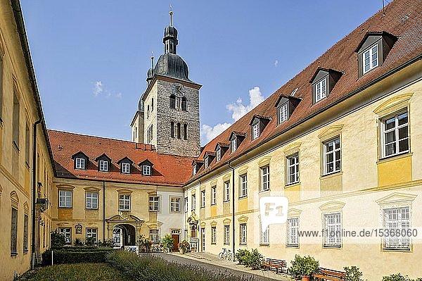 Romanische Klosterkirche  Haus St. Gregor mit Klosterpforte  Benediktinerabtei Kloster Plankstetten  Berching  Oberpfalz  Bayern  Deutschland  Europa