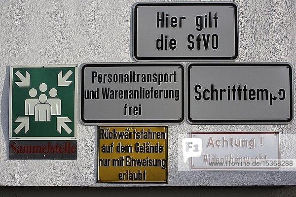 Hinweisschilder  Oberschwaben  Baden-Württemberg  Deutschland  Europa