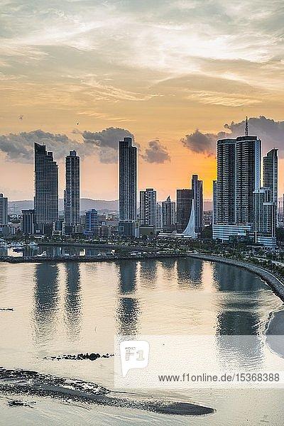 Skyline bei Sonnenuntergang  Panama City  Panama  Mittelamerika