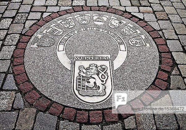 Kanaldeckel mit den Partnerstädten,  Stadtbezirk Barmen,  Wuppertal,  Nordrhein-Westfalen,  Deutschland,  Europa