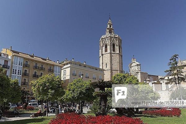 Placa de la Reina mit Kathedrale von Valencia mit Kirchturm Micalet  Valencia  Spanien  Europa