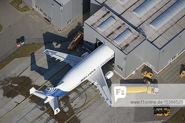 Airbus Beluga  Beladung in Flugzeughalle  Flughafen  Hamburg  Deutschland  Europa