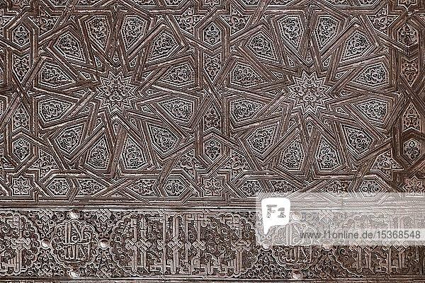 Wand mit geometrischen maurischen Gipsverzierungen  Nasridenpaläste  Alhambra  Granada  Andalusien  Spanien  Europa