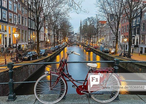 Fahrrad an einem Kanal  Leidsegracht  Amsterdam  Nordholland  Niederlande  Europa