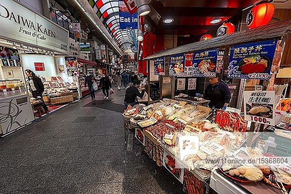 Verkaufsstand mit Meeresfrüchten  Kuromon Ichiba Markt  Osaka  Japan  Asien