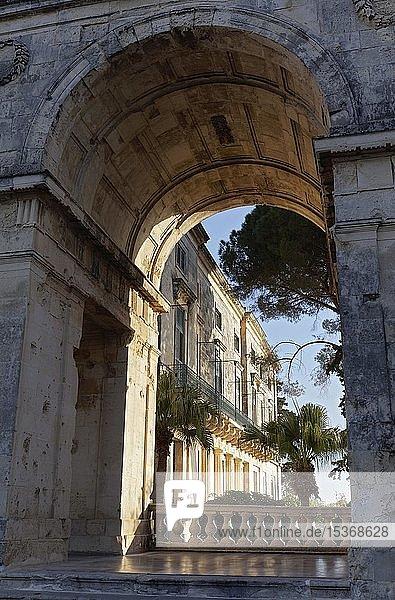 Torborgen mit Blick auf Pinakothek von Kerkyra  Palast St. Michael und St. Georg  auch Alter Palast  Korfu-Stadt  Insel Korfu  Ionische Inseln  Griechenland  Europa