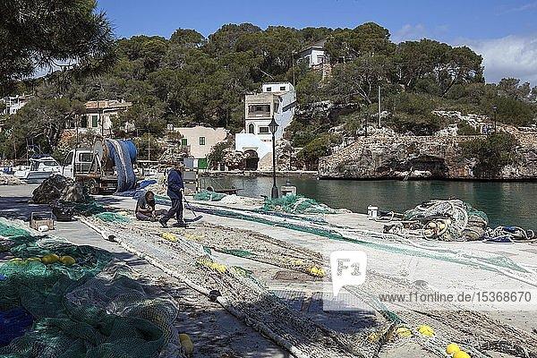 Auf dem Boden ausgebreitete Fischernetze im Hafen von Cala Figuera  Mallorca  Balearen  Spanien  Europa