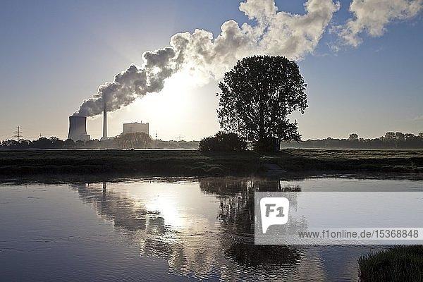 Kraftwerk Heyden mit der Weser  Steinkohlekraftwerk  Klimaerwärmung  Kohleausstieg  Petershagen  Nordrhein-Westfalen  Deutschland  Europa