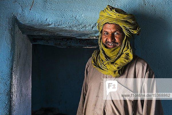 Tuareg  Mann in seinem Haus  Portrait  Assekrem  Tamanrasset  Hoggar-Berge  Algerien  Afrika