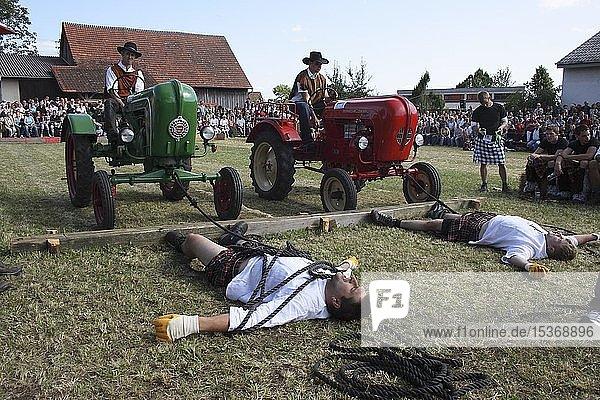 Disziplin Traktorziehen  die Gladiatoren nach dem Wettkampf  Highlandgames in Kreenheinstetten  Landkreis Sigmaringen  Baden-Württemberg  Deutschland  Europa