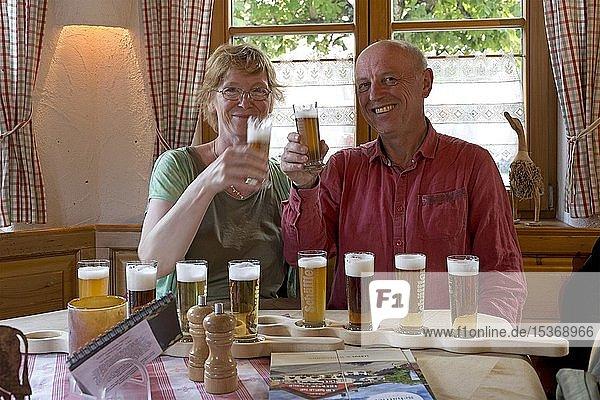 Paar bei der Bierprobe  Brauereigasthof Schäffler  Missen-Wilhams  Allgäu  Bayern  Deutschland  Europa