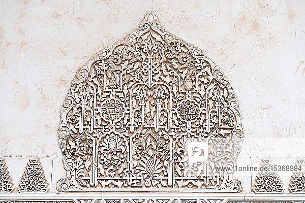 Ornamentale maurische Gipsverzierungen  Nasridenpaläste  Alhambra  Granada  Andalusien  Spanien  Europa