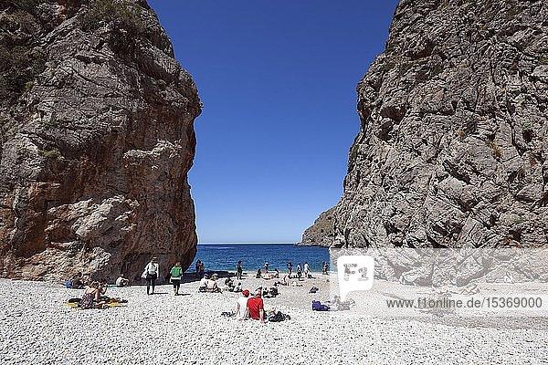 Menschen sonnen sich am Strand in der Schlucht Torrent de Pareis  Cala de Sa Calobra  Serra de Tramuntana  Mallorca  Balearen  Spanien  Europa
